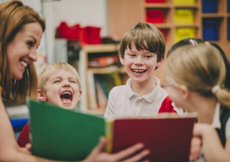 Las clases extraescolares de inglés para niños es una gran manera de invertir en su futuro. A pesar de que en el sistema educativo actual ha aumentado la importancia de este idioma, no ofrece la calidad de enseñanza que se necesita para manejarlo con soltura. Las clases extraescolares se enfocan en las necesidades del alumno estableciendo objetivos concretos.